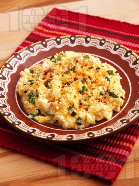 Бъркани яйца със сирене, пресен лук и подправки - снимка на рецептата